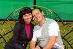 Paare auf Bank Lizenzfreies Stockfoto