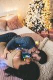 Paare auf Bett Stockbild