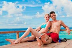 Paare auf Boot lizenzfreie stockfotos