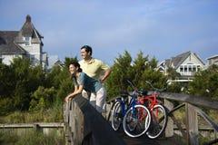 Paare auf Brücke mit Fahrrädern Stockfoto