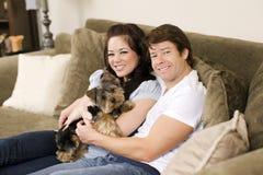 Paare auf Couch stockfotografie