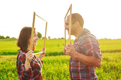 Paare auf dem Gebiet Lizenzfreie Stockfotos