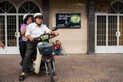 Paare auf dem Motorrad, welches die Kirche verlässt lizenzfreie stockbilder
