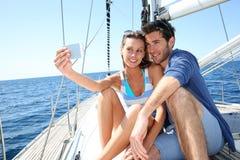 Paare auf dem Segelboot, das selfie nimmt Stockbild
