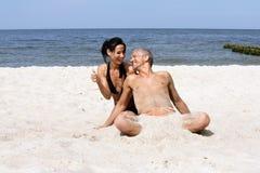 Paare auf dem Strand Lizenzfreies Stockfoto