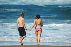 Paare auf dem Strand Stockfoto