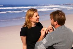 Paare auf dem Strand Stockfotos