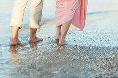 Paare auf dem Strand Stockbild