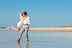 Paare auf dem Strand, der in prachtvolle Zukunft läuft Stockfoto