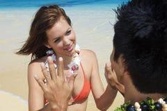 Paare auf dem Strand in meditierendem Hawaii Lizenzfreie Stockfotografie