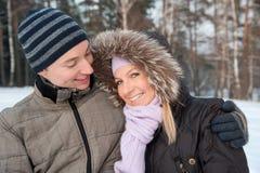 Paare auf dem Winterhintergrund Lizenzfreie Stockfotos
