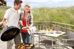 Paare auf den Ferien Grill habend Stockfoto