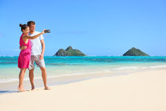 Paare auf den Strandferien selfie Smartphone nehmend Lizenzfreies Stockfoto