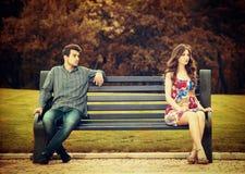 Paare auf der Bank Stockbild