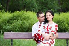 Paare auf der Bank Stockfotos