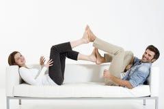 Paare auf der Couch Lizenzfreie Stockbilder