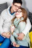 Paare auf der Couch zu Hause Lizenzfreie Stockfotos