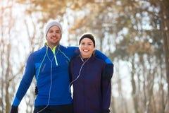 Paare auf der Erholung im Freien lizenzfreie stockbilder