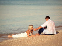 Paare auf der Küste Lizenzfreie Stockfotografie