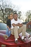 Paare auf einem Auto Lizenzfreies Stockfoto