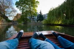 Paare auf einem Boot in Cambridge Stockfotos