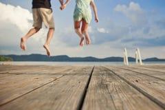 Paare auf einem Dock lizenzfreies stockfoto
