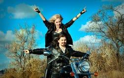 Paare auf einem Fahrrad Stockbilder