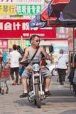 Paare auf einem Motorrad im Einkaufsviertel, Peking, China Lizenzfreies Stockbild