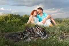Paare auf einem Picknick Picknick für Paare vor Regen glückliches Paar in der Liebe an einem Picknick mit Feuer Junge Paare in de stockbild