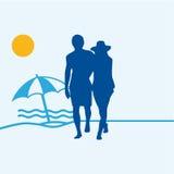 Paare auf einem sandigen Strand Lizenzfreies Stockfoto