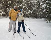 Paare auf einem Skiausflug Stockbild
