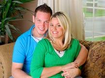 Paare auf einem Sofa Stockbild