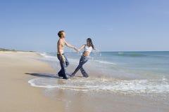Paare auf einem Strand Stockfotografie