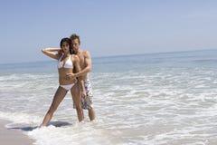 Paare auf einem Strand stockfotos