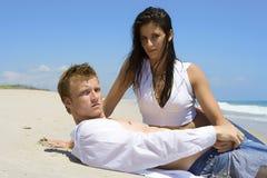 Paare auf einem Strand lizenzfreies stockbild