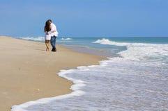 Paare auf einem Strand lizenzfreie stockfotos
