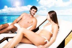 Paare auf einem tropischen Strand lizenzfreie stockfotografie