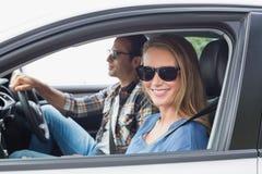 Paare auf einer Autoreise Stockbild