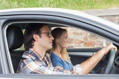 Paare auf einer Autoreise Lizenzfreies Stockfoto
