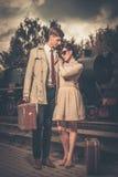 Paare auf einer Bahnstation Lizenzfreies Stockfoto