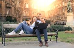 Paare auf einer Bank lizenzfreie stockfotografie