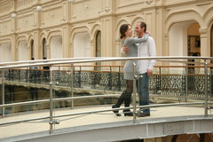 Paare auf einer Brücke stockbild