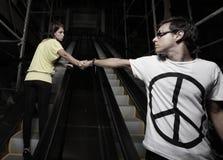 Paare auf einer Rolltreppe Stockbilder
