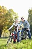 Paare auf Fahrrädern Lizenzfreies Stockfoto