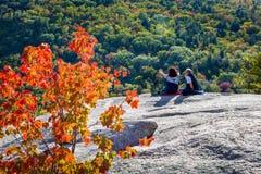Paare auf Felsen Lizenzfreie Stockfotos