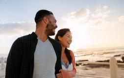 Paare auf Ferien nahe dem Meer stockfotos