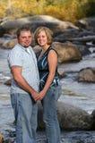 Paare auf Fluss Lizenzfreie Stockfotos