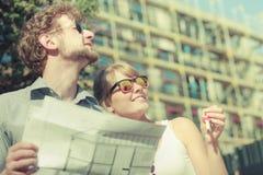 Paare auf Front des neuen Hauses mit Plan projektieren Lizenzfreies Stockfoto