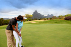 Paare auf Golfgrün Stockfotografie