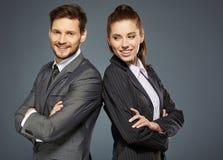 Paare auf grauem Hintergrund Lizenzfreie Stockfotografie
